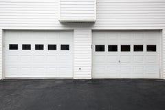 Puertas blancas del garage Imagen de archivo libre de regalías