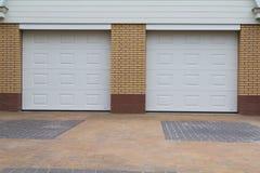 Puertas blancas del garaje Foto de archivo libre de regalías