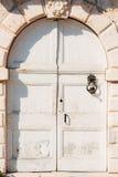 Puertas blancas viejas Textura de madera Fotos de archivo