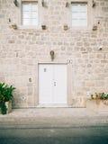 Puertas blancas viejas Textura de madera Fotos de archivo libres de regalías