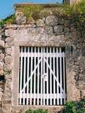 Puertas blancas viejas Textura de madera Imagen de archivo libre de regalías