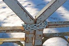 Puertas cerradas en la cadena fotos de archivo libres de regalías