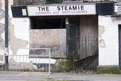 Puertas cerradas liquidación cerrada del negocio ningún edificio abandonado del dinero Fotografía de archivo libre de regalías