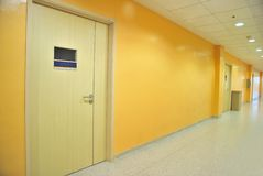 Puertas cerradas a lo largo de un pasillo Imágenes de archivo libres de regalías