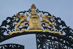 Puertas con el escudo de armas y los leones fotografía de archivo