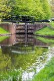 Puertas de agua en el canal de Bansigstoke en Woking, Surrey Fotos de archivo libres de regalías