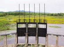 Puertas de agua para la irrigación Fotos de archivo libres de regalías