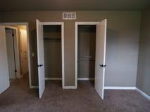 Puertas de armario en dormitorio de la casa vacía Foto de archivo libre de regalías