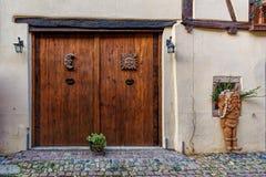 Puertas de Brown en las paredes pálidas de la nata imagen de archivo