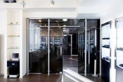 Puertas de cristal en la nueva oficina Imágenes de archivo libres de regalías
