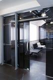 Puertas de cristal en la nueva oficina imagenes de archivo
