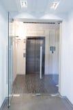 Puertas de cristal en la nueva oficina imagen de archivo libre de regalías