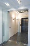 Puertas de cristal en la nueva oficina fotos de archivo
