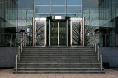 Puertas de cristal rotatorias de la oficina Imágenes de archivo libres de regalías