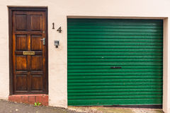 Puertas de entrada del garaje fotos de archivo