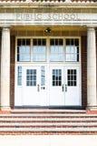 Puertas de entrada a una construcción de escuelas americana típica con pasos imagenes de archivo