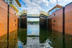 Puertas de esclusa de la presa del agua en el río Fotos de archivo libres de regalías