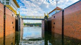 Puertas de esclusa de la presa del agua en el río Imágenes de archivo libres de regalías