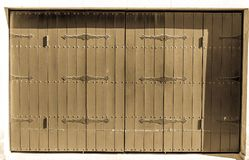 Puertas de granero españolas antiguas, en la sombra en un día soleado fotos de archivo libres de regalías