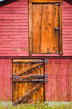 Puertas de granero rojas viejas Imágenes de archivo libres de regalías