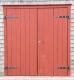 Puertas de granero rojo marrón a la vieja explotación agrícola fotos de archivo