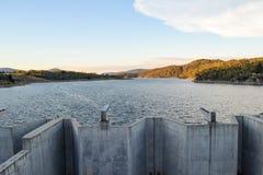 Puertas de inundación cargadas en la presa de Jindabyne, confinando el río Nevado Foto de archivo libre de regalías