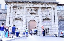 Puertas de la ciudad de Zadar fotos de archivo