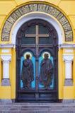 Puertas de la entrada de la iglesia Imagen de archivo libre de regalías