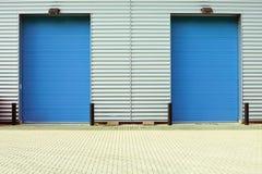 Puertas de la fábrica fotos de archivo libres de regalías