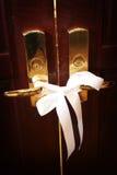 Puertas de la iglesia antes de una ceremonia de boda Imagen de archivo libre de regalías