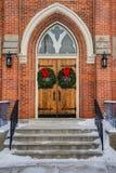 Puertas de la iglesia con las guirnaldas Imagen de archivo