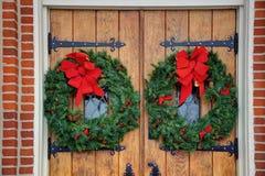 Puertas de la iglesia con las guirnaldas Imágenes de archivo libres de regalías