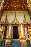 Puertas de la iglesia en el templo, Tailandia Imagenes de archivo