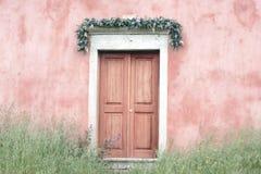 Puertas de la iglesia en una iglesia en Corfú Fotos de archivo