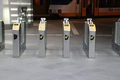 puertas de la plataforma en la estación central de La Haya (Den Haag) en el Ne fotografía de archivo
