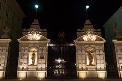 Puertas de la universidad de Varsovia en la noche Imágenes de archivo libres de regalías