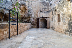 Puertas de madera abiertas que llevan a la mazmorra de un castillo viejo Imagen de archivo libre de regalías
