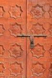 Puertas de madera anaranjado oscuro con 8 estrellas señaladas fotos de archivo