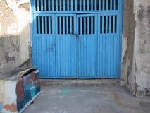 Puertas de madera azules del garaje y caja pintada en las calles de Proci imagenes de archivo