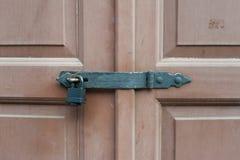 Puertas de madera bloqueadas con la cerradura negra del metal Foto de archivo