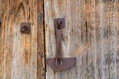 Puertas de madera cerradas con un bloqueo Foto de archivo