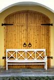 Puertas de madera con el banco blanco Fotos de archivo