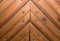 Puertas de madera con un modelo bajo la forma de triángulo Fotos de archivo libres de regalías
