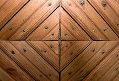 Puertas de madera con un modelo bajo la forma de triángulo Imagenes de archivo