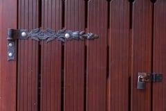 Puertas de madera con una cerradura y los toldos imagenes de archivo