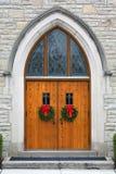Puertas de madera de la iglesia del roble dramático Foto de archivo