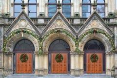 Puertas de madera de la iglesia del roble dramático Imágenes de archivo libres de regalías
