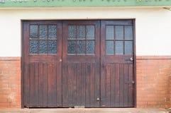 Puertas de madera del garaje fotos de archivo