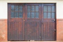Puertas de madera del garaje imágenes de archivo libres de regalías