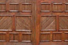 Puertas de madera del garaje en una casa exclusiva imágenes de archivo libres de regalías